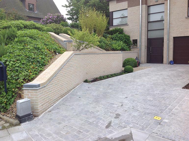 oprit met trap en muur naar de tuin